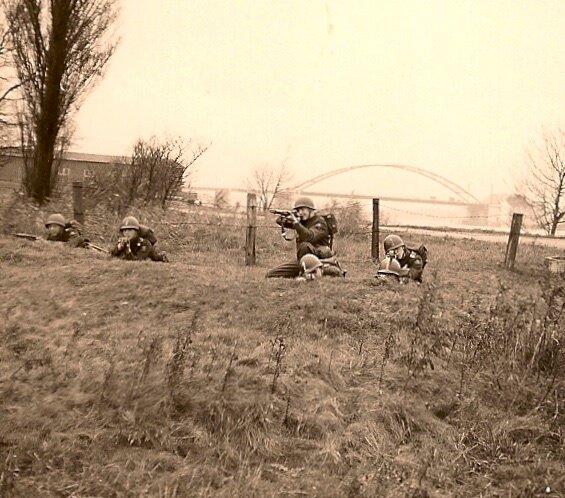 Amsterdam 1957 - Aanslagoefeningen om te leren schieten