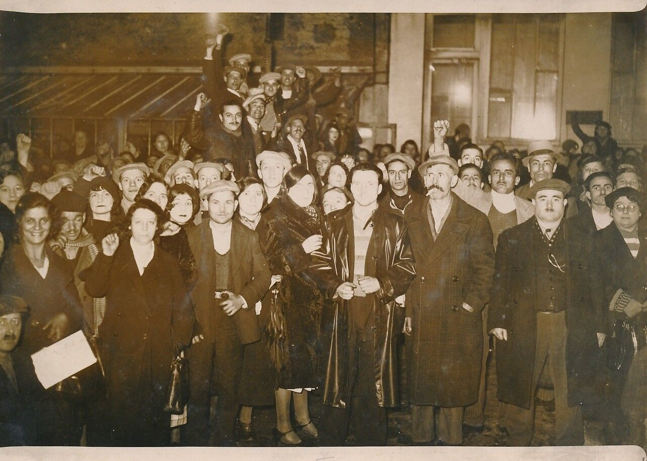 1936. Забастовщики захватили нефтеперерабатывающий завод Лебоди
