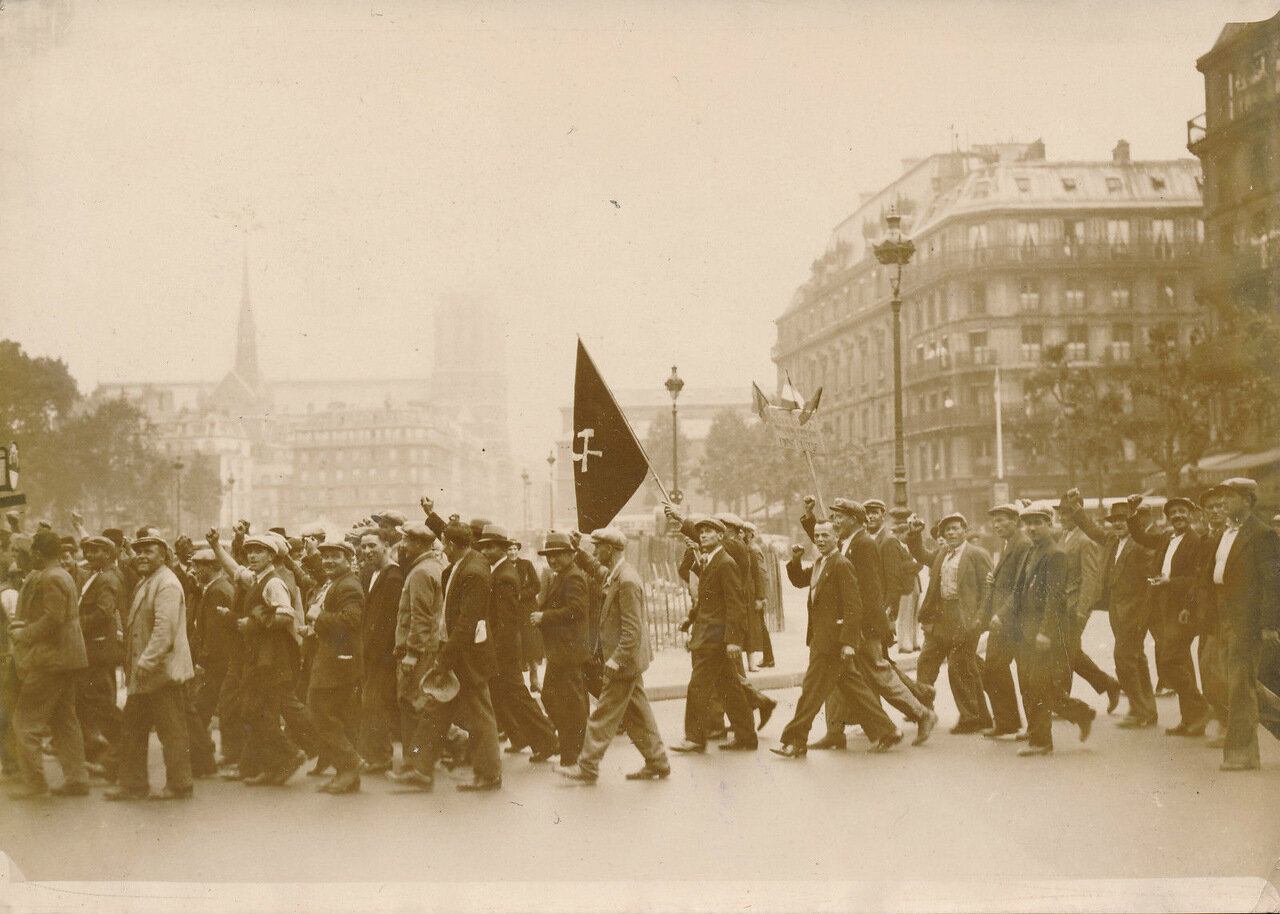 1936. Забастовщики собираются в колонну на митинг