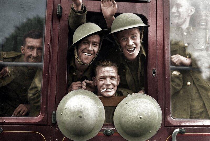 Британские войска весело прощаются со своими родными и друзьями, после того как сели в поезд, который доставит их на Западный фронт, 20 Сентября 1920 года © BenAfleckIsAnOkActor