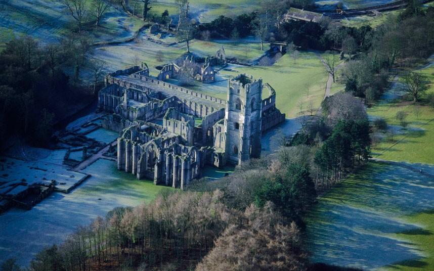 2. Руины Фаунтинского аббатства – крупнейшие религиозные руины в Англии. (Jason Hawkes)