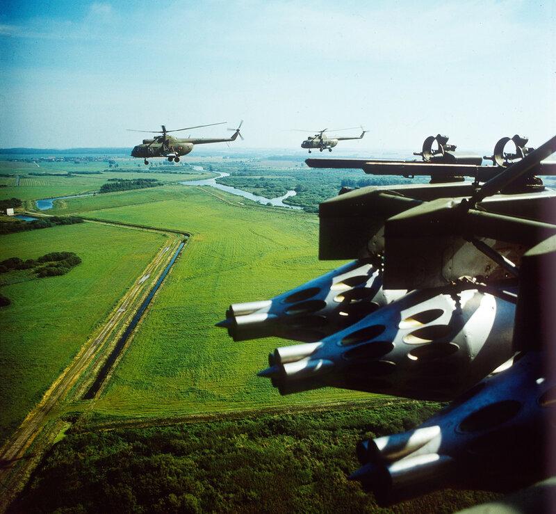 Nahaufnahme von 3 Raketenabschußbehältern (Raketenstartbehälter) UB-32 an den Waffenauslegern des Kampfhubschraubers Mil Mi 8 der NVA in Peenemünde im Bundesland Mecklenburg-Vorpommern