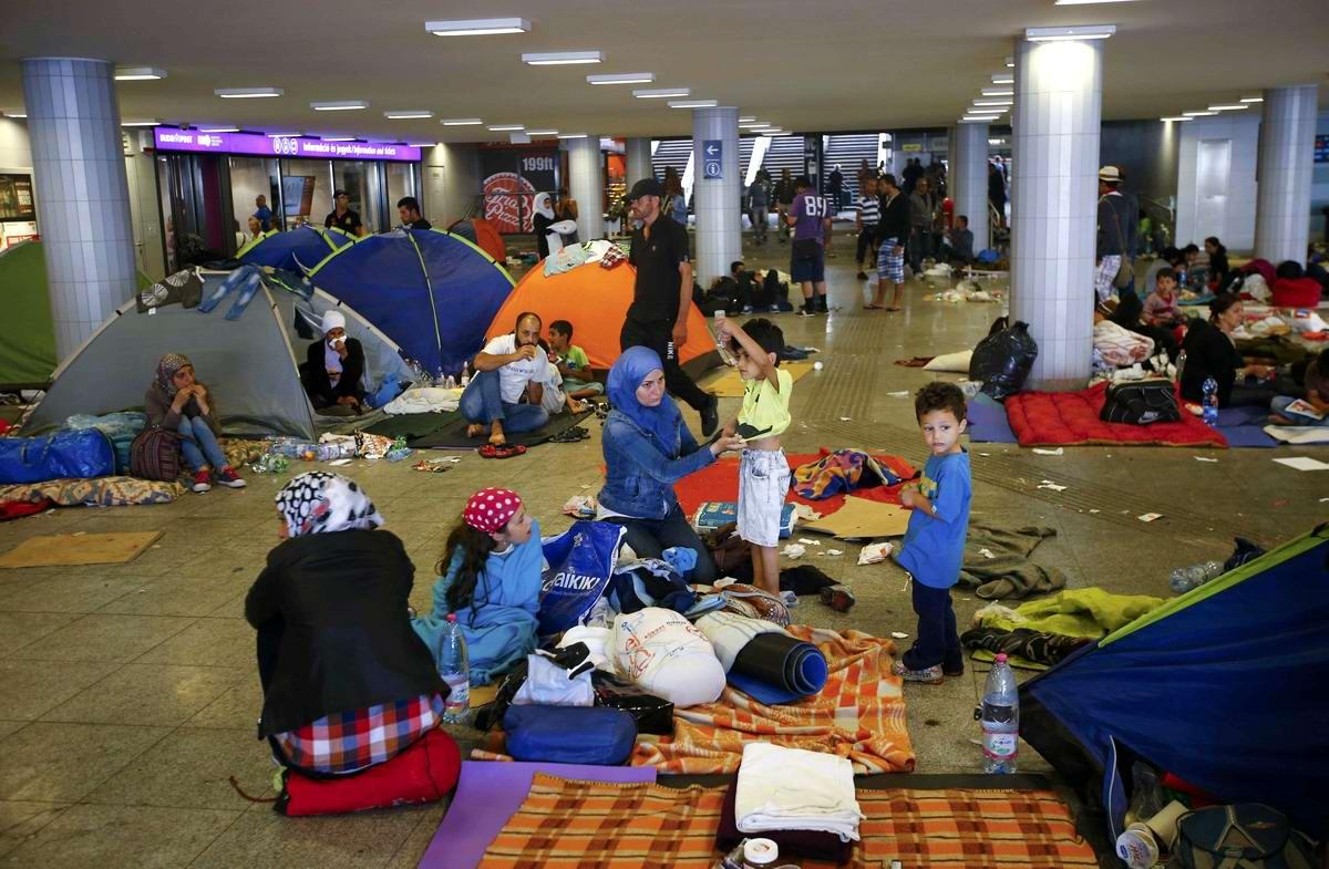 Штурм Будапешта: Мигранты с Ближнего Востока на ж/д вокзал венгерской столицы (10)