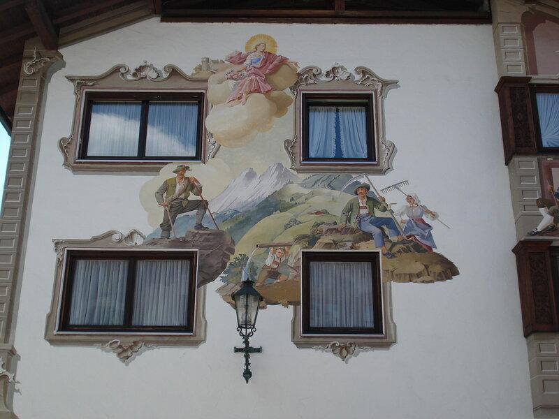 Старинные росписи на стенах жилых домиков