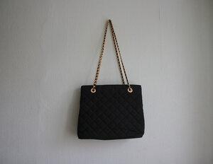 черная стеганая сумка Marks & Spencer из полиэстера с ручками-цепями.