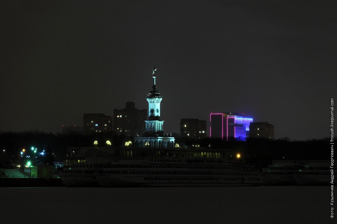 ночной зимний Северный речной вокзал Москвы