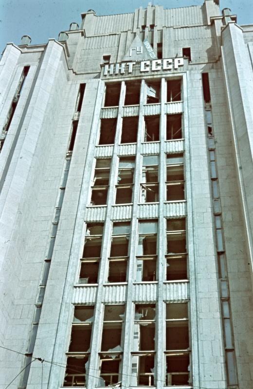 Здание центрального универмага (ЦУМ), расположенное на Крещатике в оккупированном Киеве (ныне угол ул. Крещатик и Б. Хмельницкого).