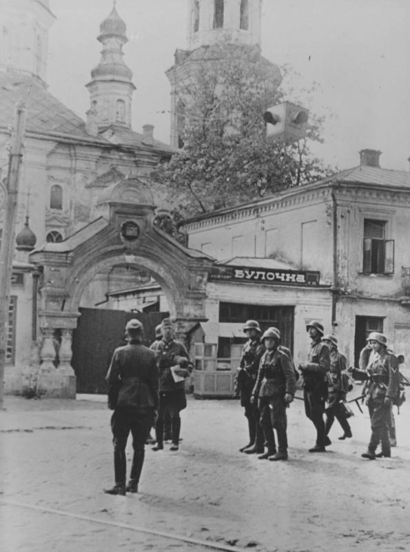 Группа немецких военных у входа в Киево-Печерскую лавру в оккупированном Киеве