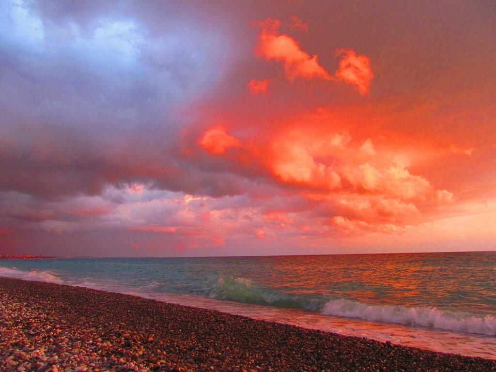 Причудливы краски заката над морем...