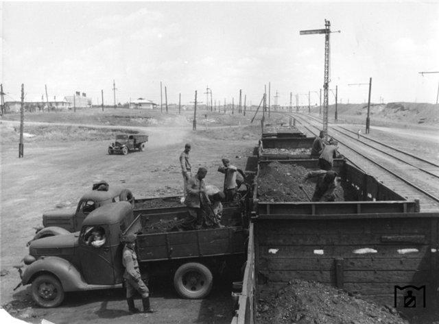 Погрузка угля в грузовики, Кривой Рог, 1943 г..jpg