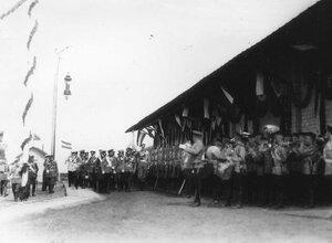 Императоры Николай II и Вильгельм II с группой офицеров обходят почетный караул 85-го Выборгского императора Вильгельма II полка.