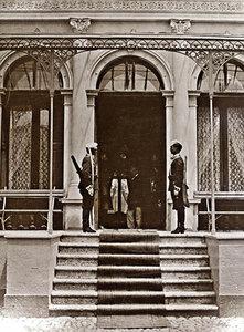 Почетната стража на входа на резиденцията на император Александър II - Царя Освободител в град Плоещ (Ploiesti, Румъния), 25 май - 13 юни 1877 г.