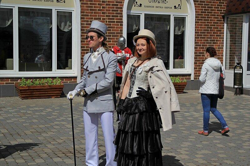 Пара в костюмах в стиле стимпанк - «Вятский Арбат» в день города-2015 на пешеходной улице Спасской