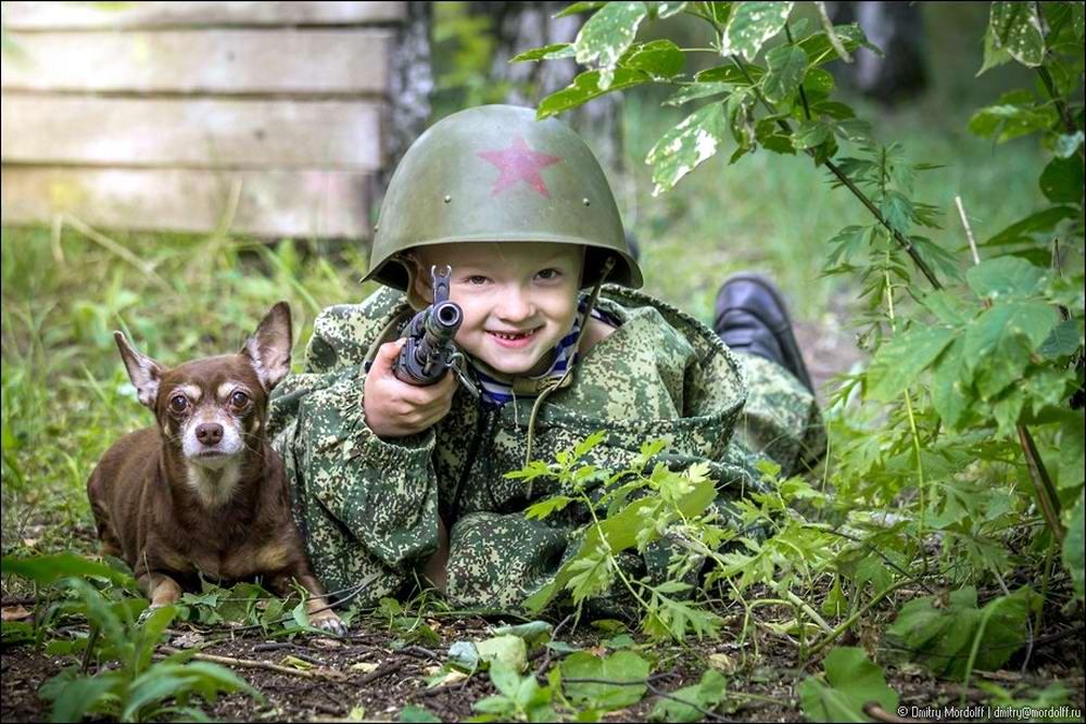 Дети на снимках из серии Люди мужественных профессий: военные и пожарные (1)