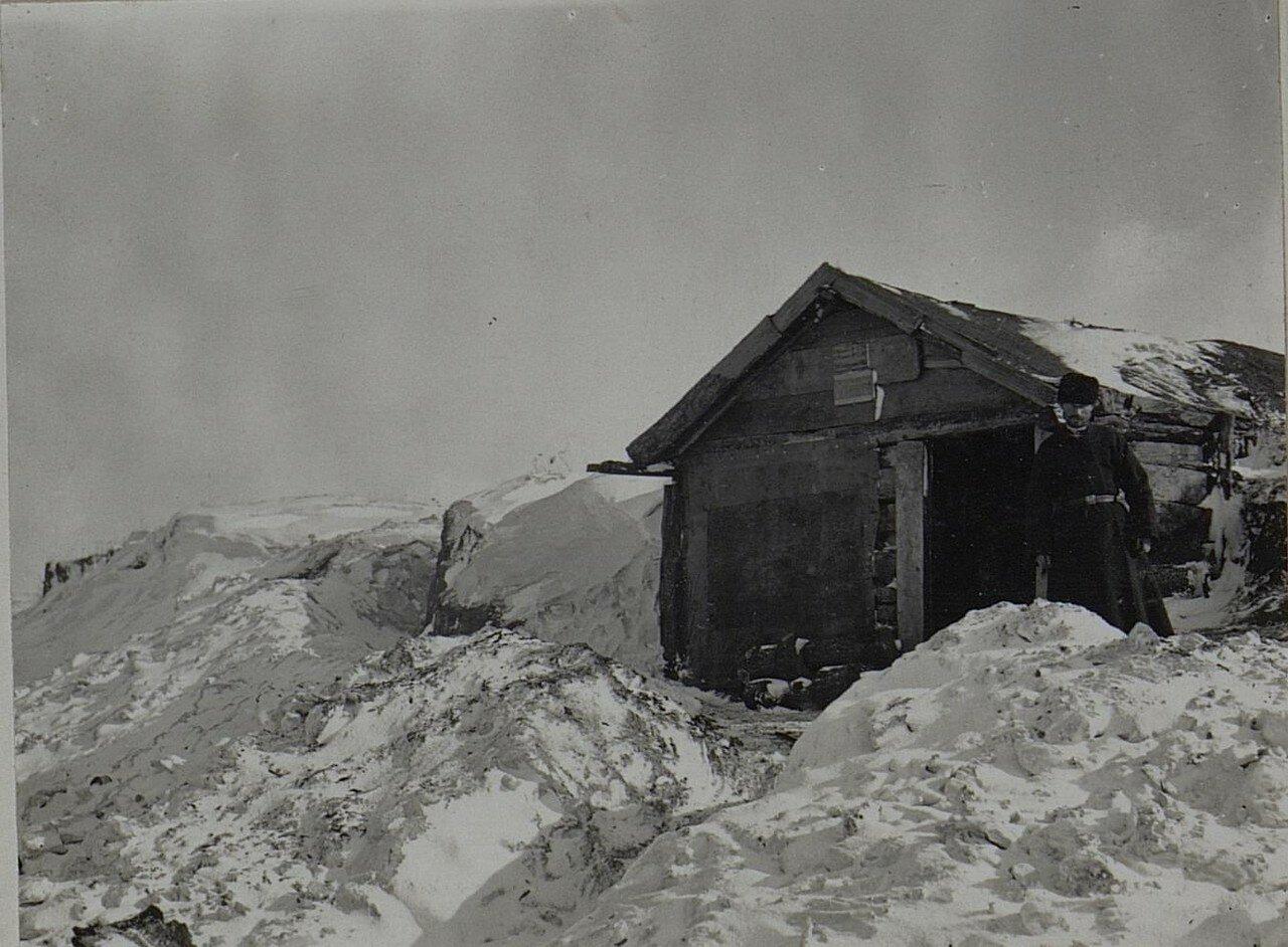 Павловичи. Крестьянин возле своей постройки