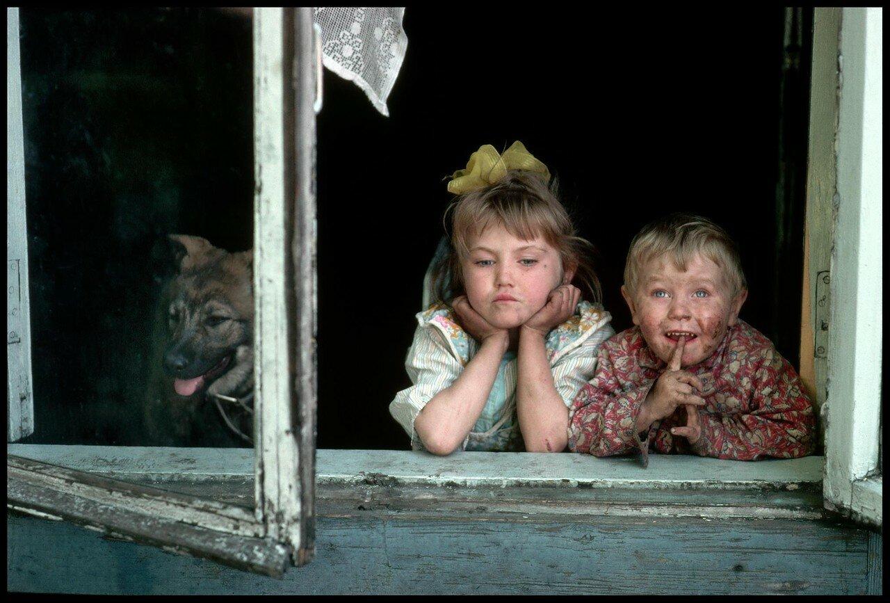 1991. Новокузнецк. Два грязных ребенка смотрят из окна