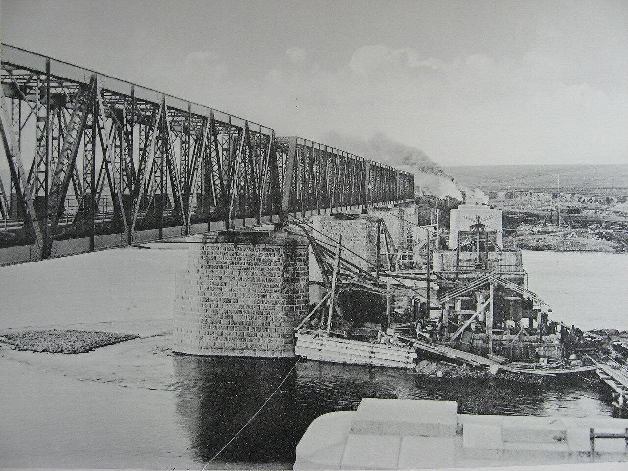 82. 2985 верста. Постройка опор моста под второй путь на р. Белой. Строительный период 1910