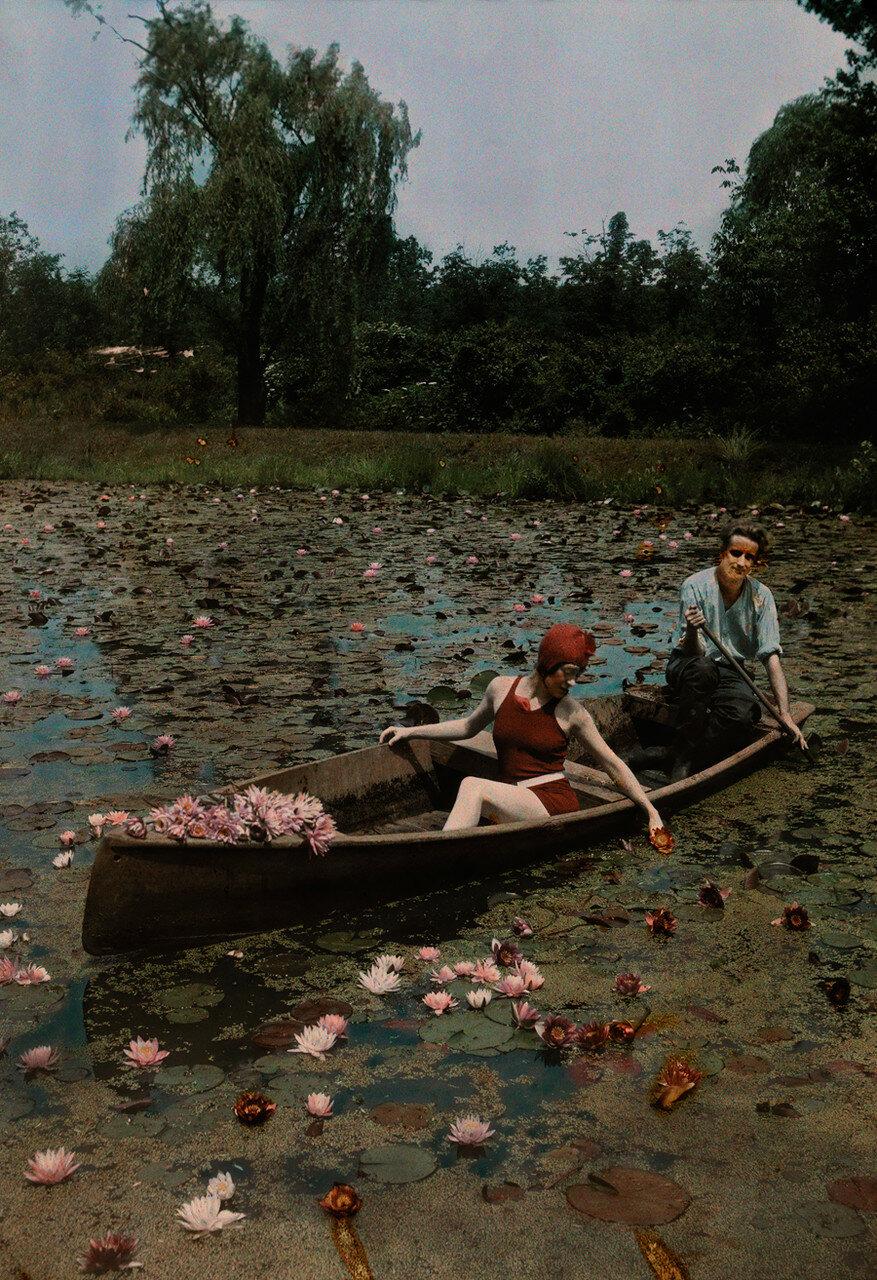 1923. США. Пара в лодке  на пруду с лилиями в Кенилворте,  Вашингтон, округ Колумбия