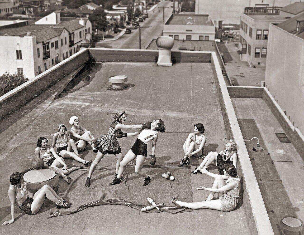 Смотреть как занимаются на крыше 21 фотография