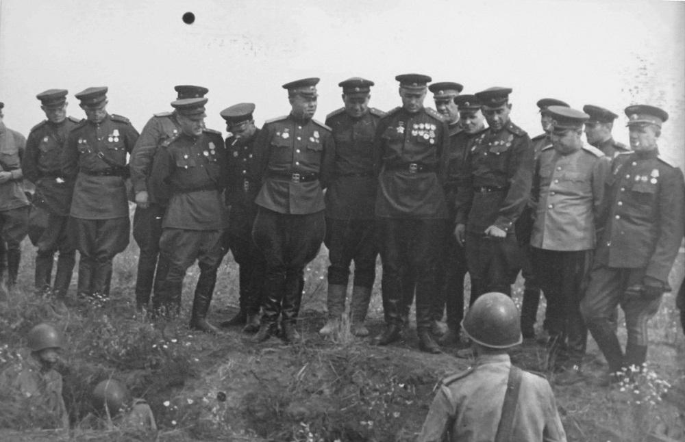 Генерал армии К.К. Рокоссовский и офицеры осматривают окопы советских солдат.jpeg