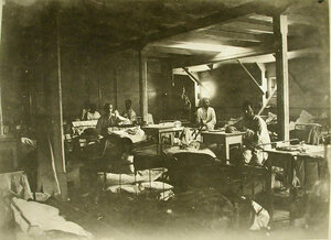Раненые в палате, оборудованной в трюме Кубанской баржи-лазарета