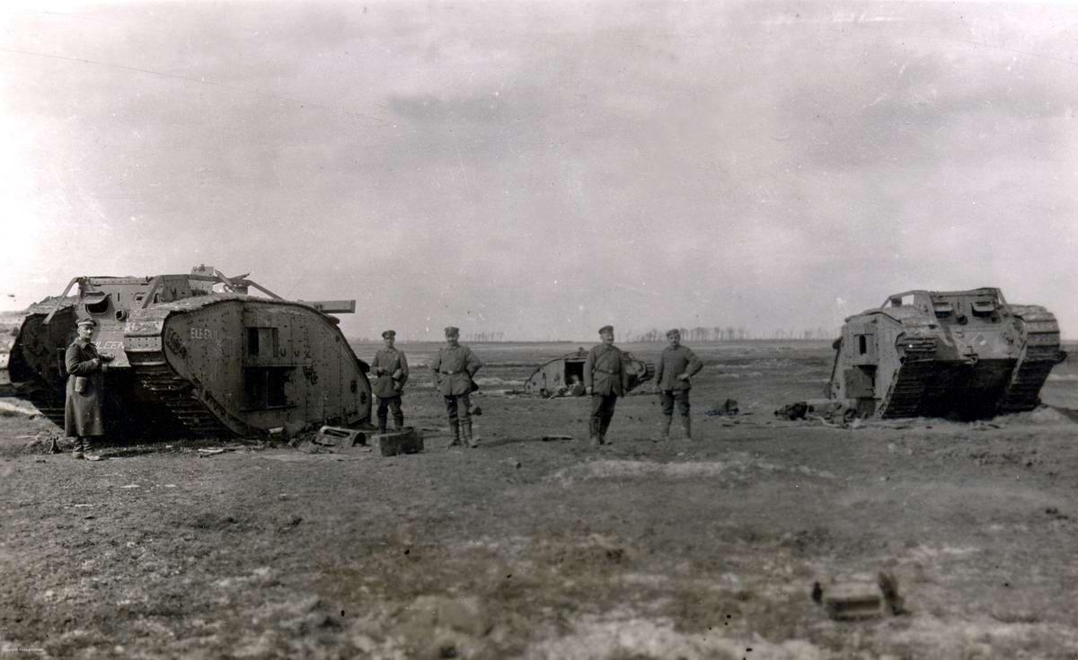 Подбитые британские танки MKIV, оставленные на поле боя