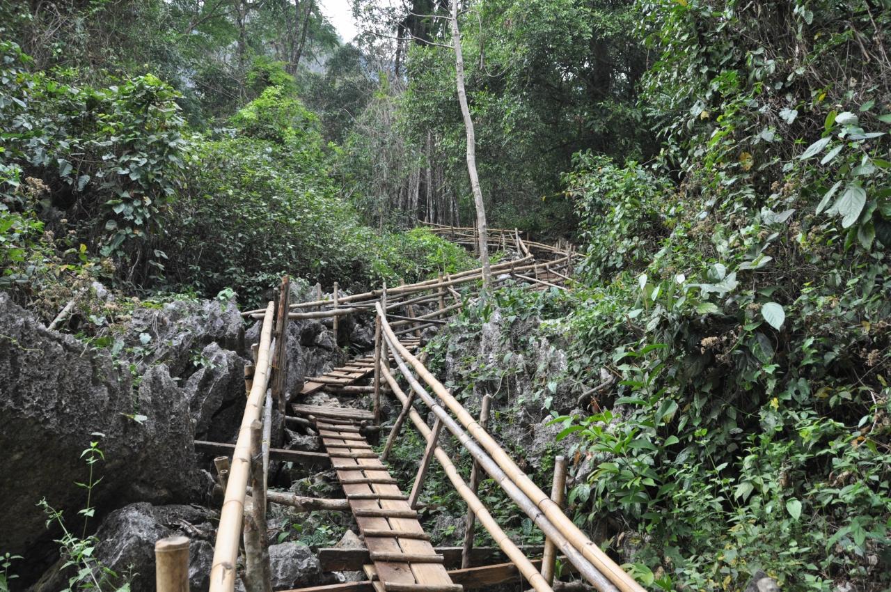 Лестница к Lom cave