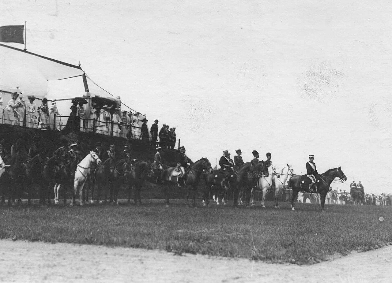 19. Итальянский король Виктор Эммануил III и члены императорской фамилии наблюдают за парадом войск