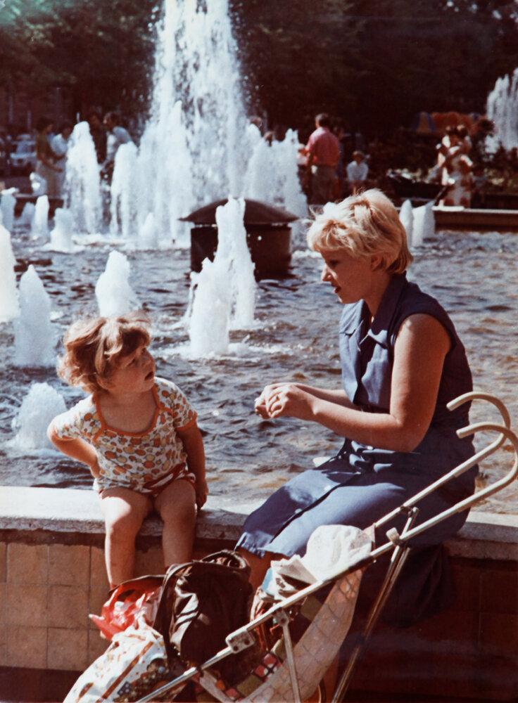 1980. У фонтана