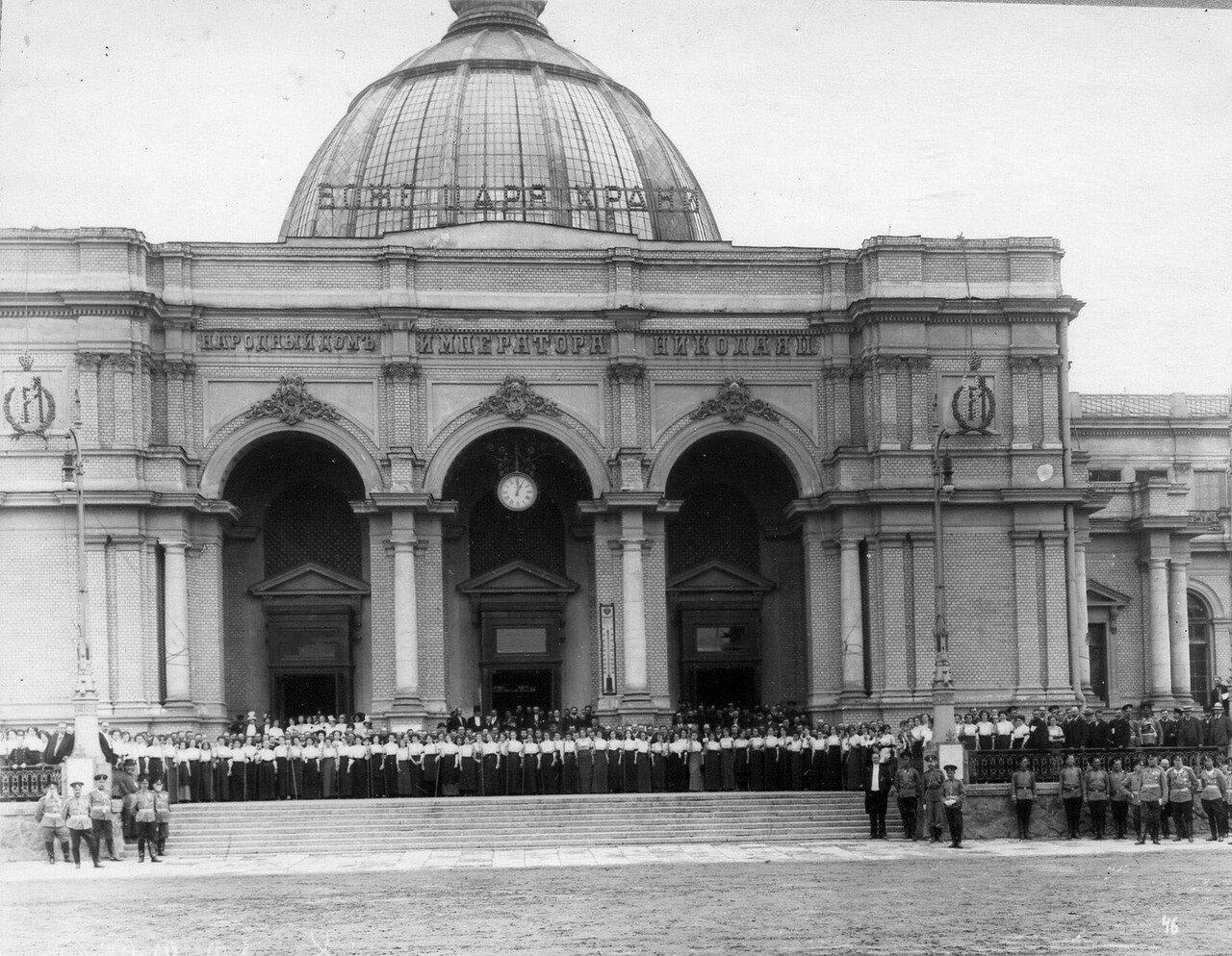 98. Группа обслуживающего персонала на ступенях Народного дома императора Николая II в ожидании потешных
