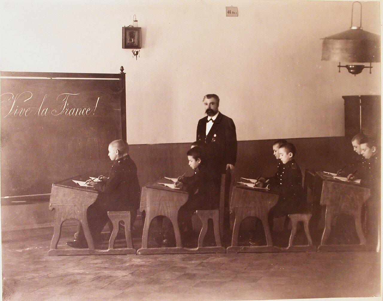 03. Воспитанники одного из классов кадетского корпуса и преподаватель на уроке французского языка