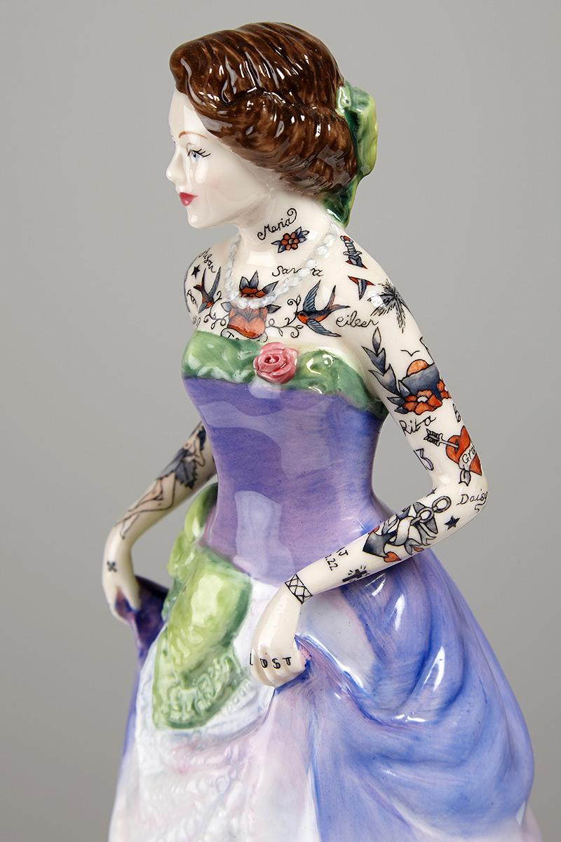 Фигуры татуированных девушек в бальных платьях