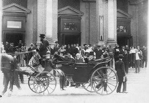 Французский президент Раймон Пуанкаре с группой сопровождающих его лиц в коляске у подъезда Народного дома императора Николая II.