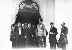 Президент Франции Раймон Пуанкаре и сопровождающие его лица у входа в Ботный дом в Петропавловской крепости.
