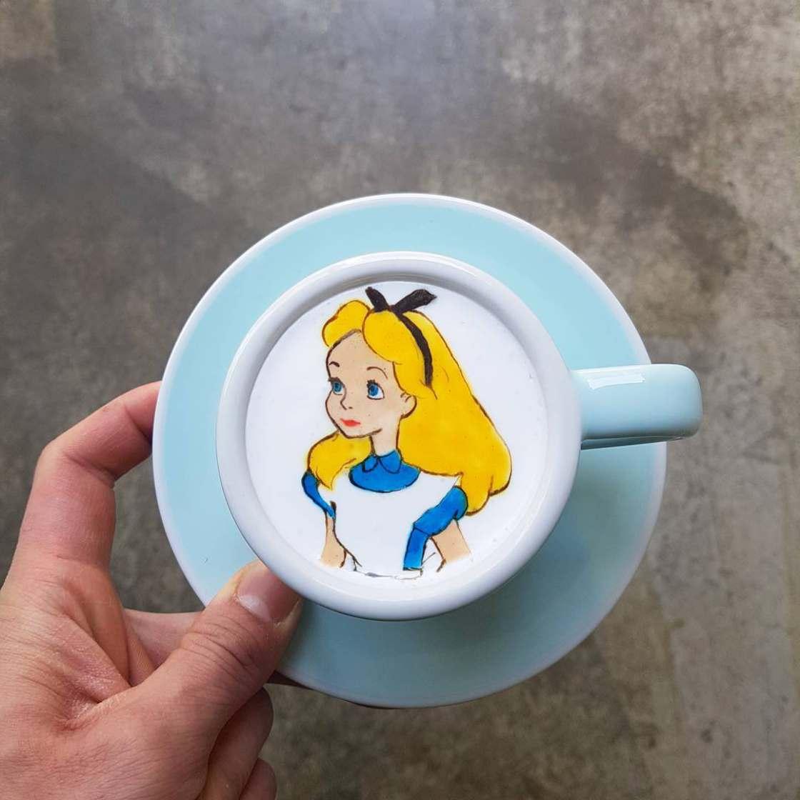 Art On Coffee - Barista creates impressive art on your coffee foam