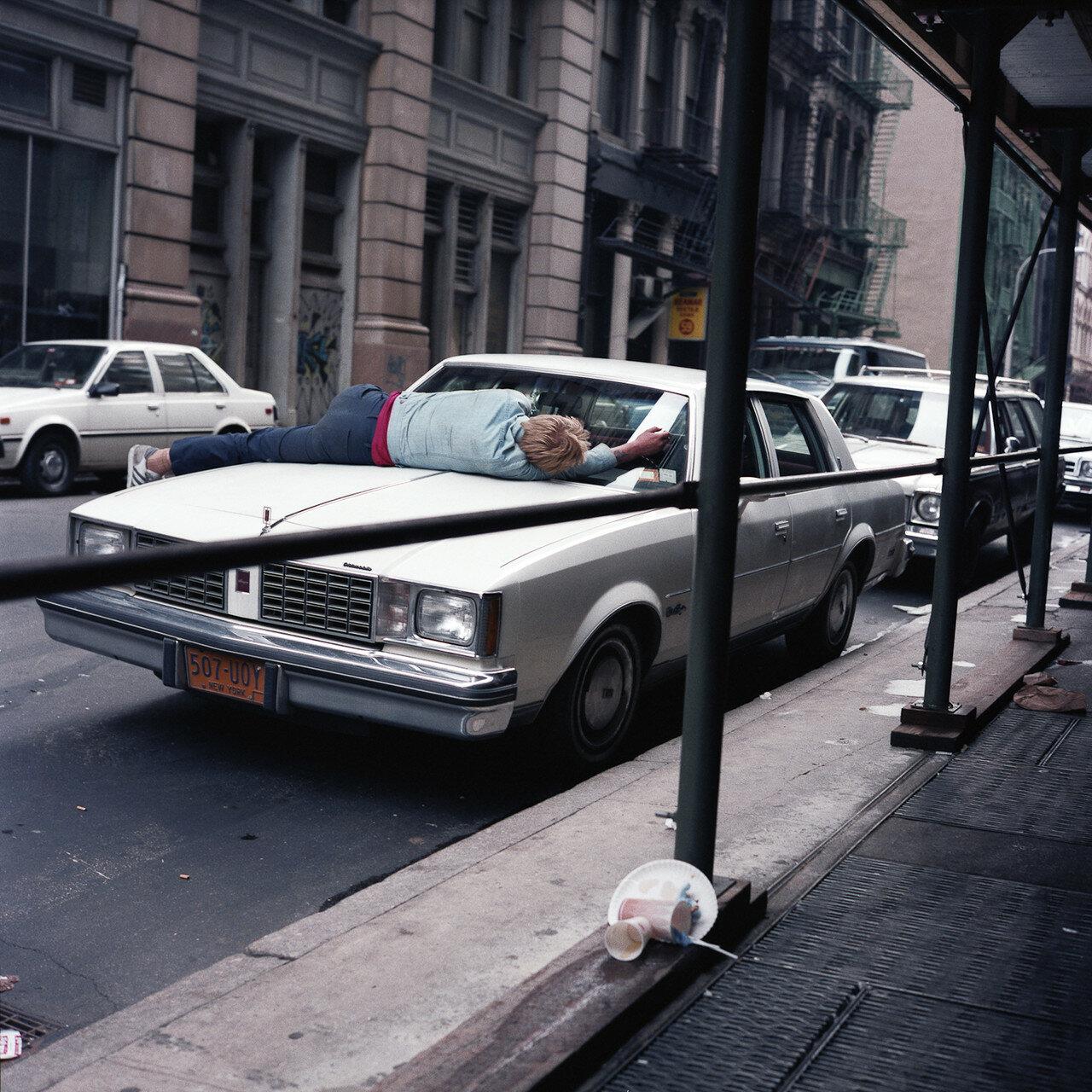 1985. Человек спит на автомобиле