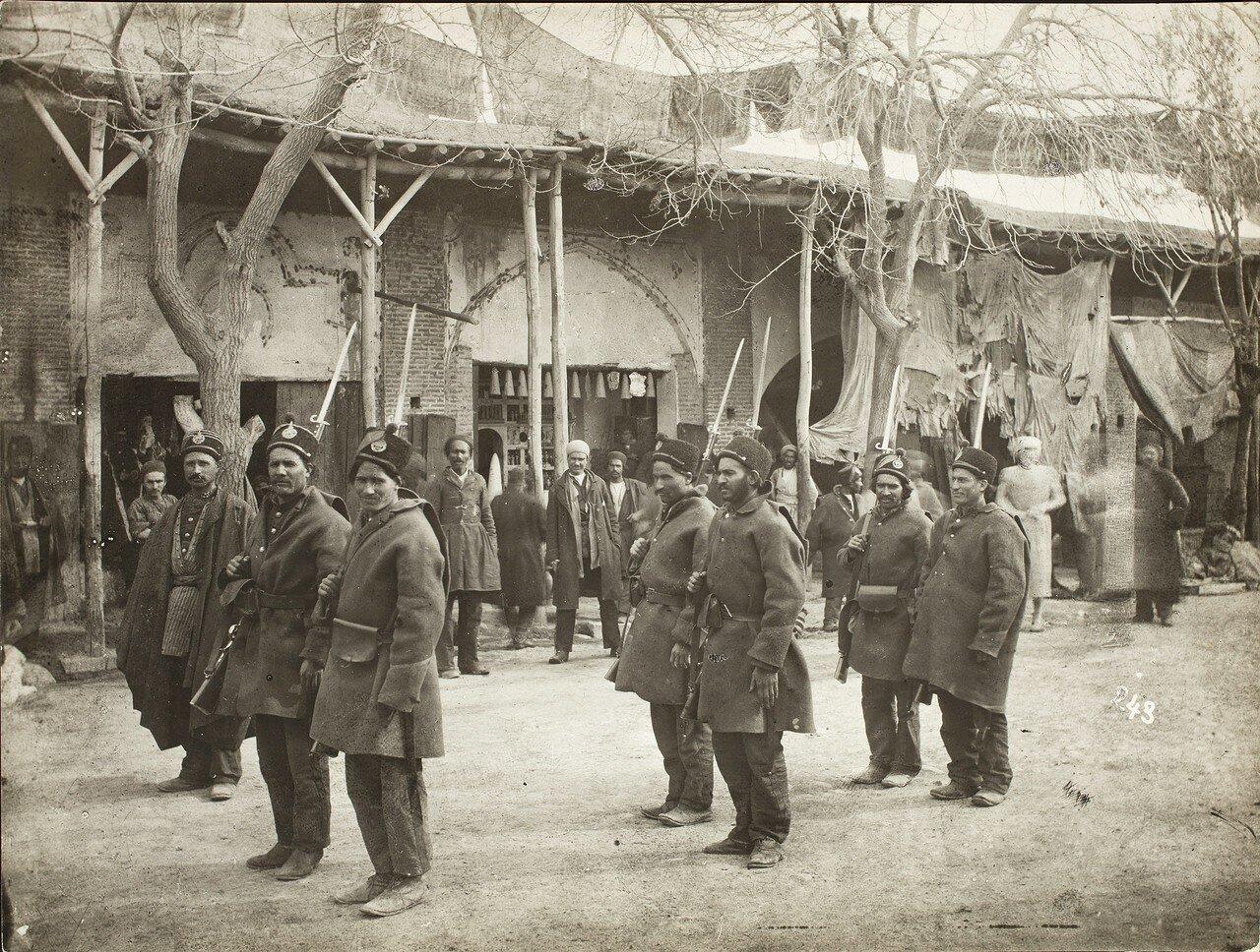 Семь вооруженных солдат в окружении зевак