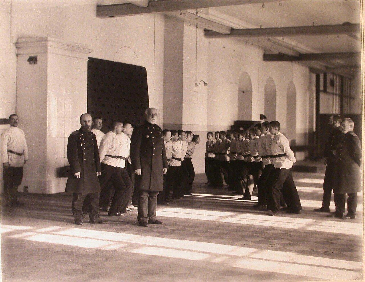 10. Воспитанники кадетского корпуса с преподавателями в гимнастическом зале во время занятий