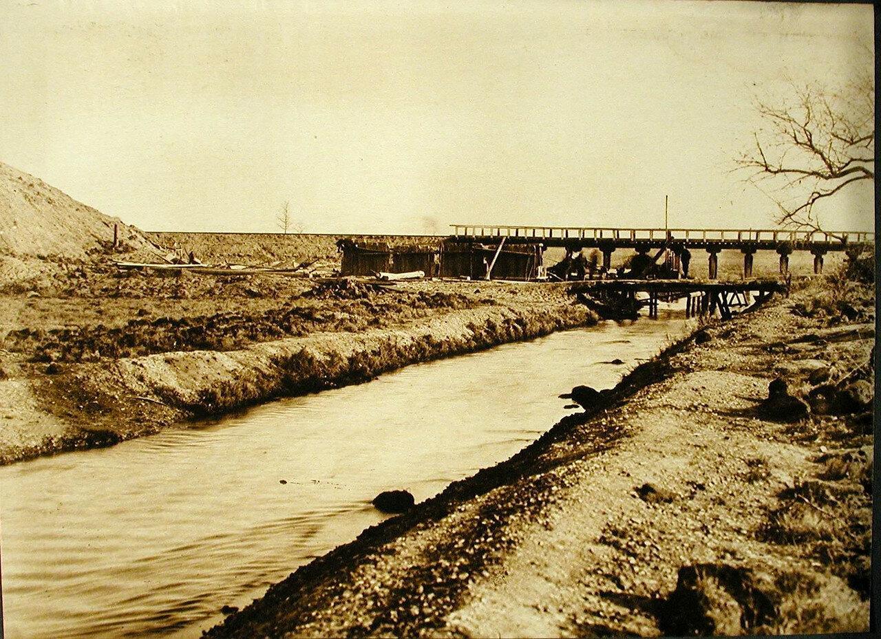 01. Общий вид деревянного временного моста на обходном пути длиной 15 саж.через реку Аргу (на 439-й версте). Амурская обл. 1911-1914