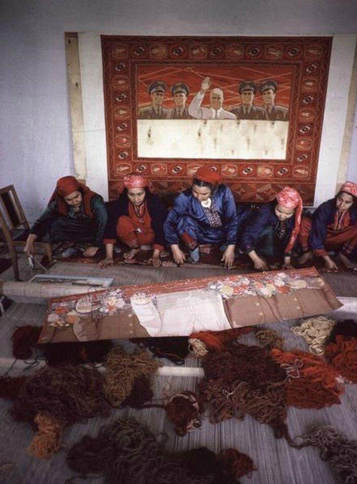 Узбекистан. Бухара. Ткачество ковров на фабрике. Самые популярные ковры с портретами советского лидера Никиты Хрущева и советских космонавтов