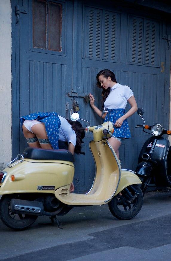 Две обнажённые девушки гуляют по осеннему Киеву 13