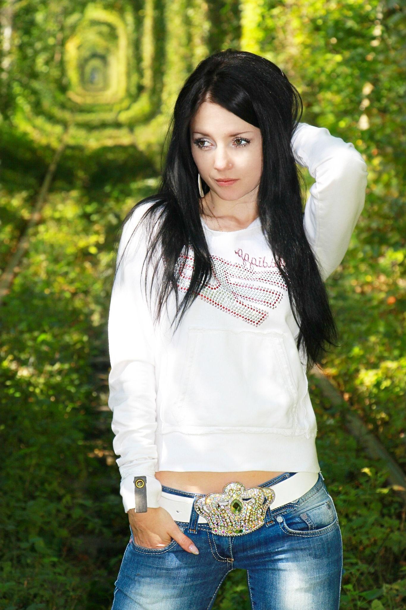 Фотосет брюнетки в парке в джинсах