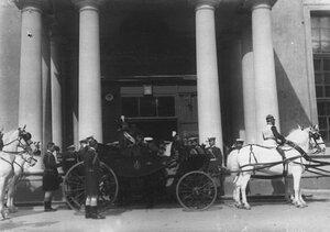 Персидский шах Мозафар эд-дин в экипаже у Петропавловского придворного собора.
