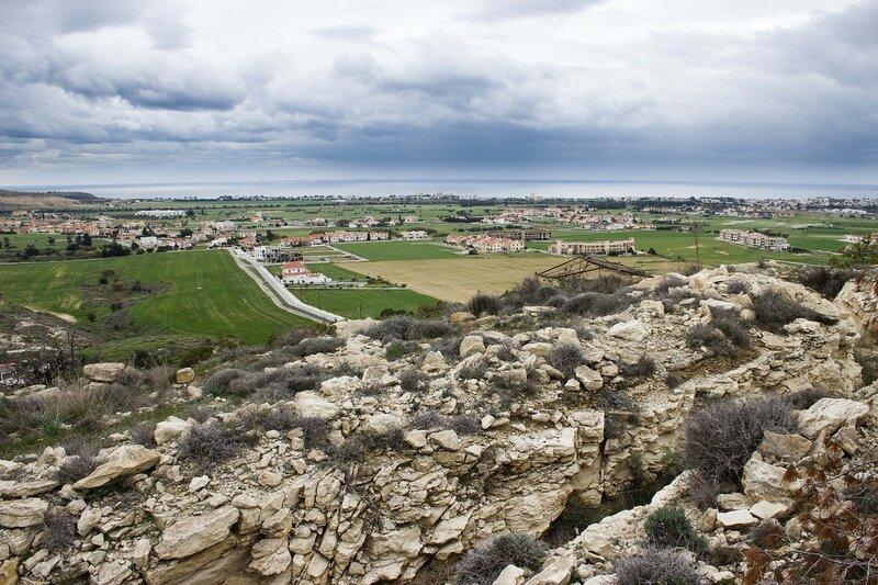окоп и вид на туристическую зону Ларнаки