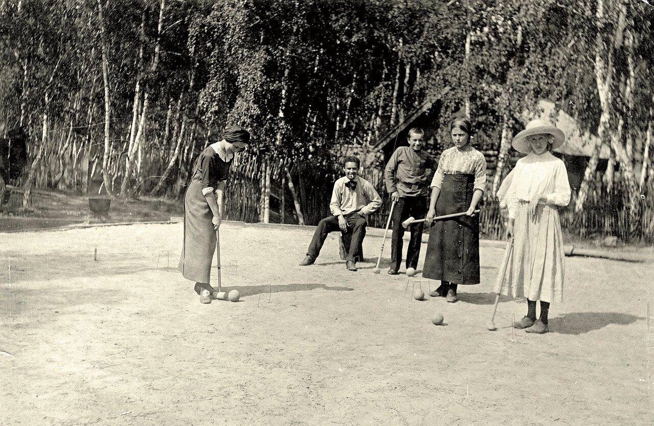Игра в крокет на даче П.Н. Коновалова