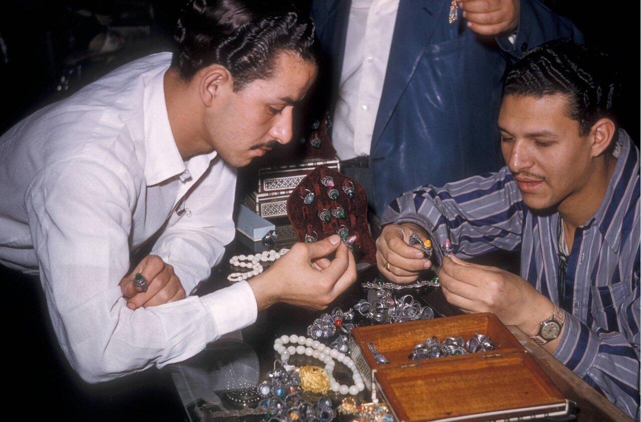 Мужчины разглядывают кольца в ювелирном магазине