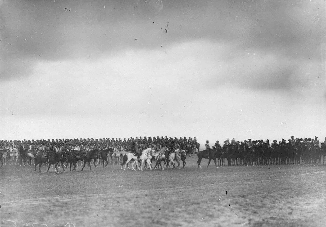 13. Император Николай II и сопровождающие его лица проводят смотр. 25 июля 1913