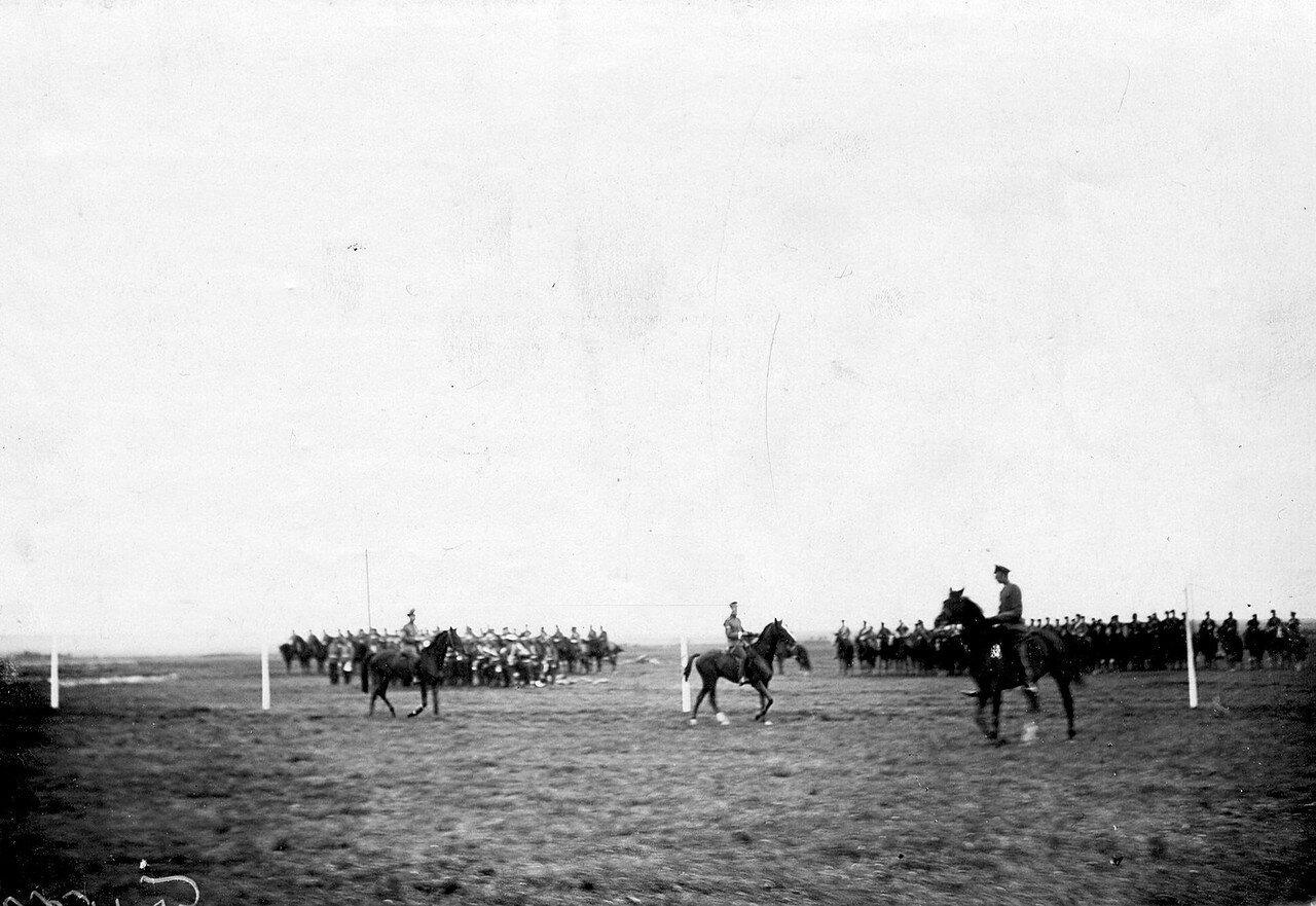 22. Группа конных офицеров - участников заезда