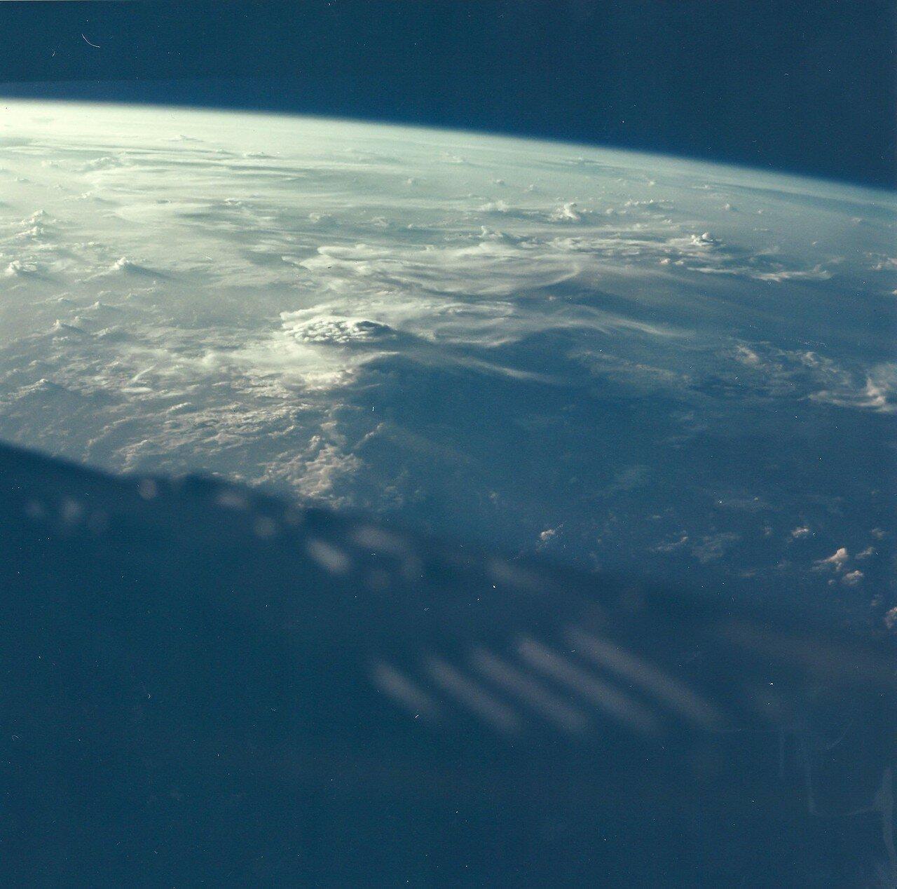 35. 1965, август. Вид заката из космоса. «Джемини»-5, пилотируемый Гордоном Купером и Чарльзом Конрадом. Первый рекорд длительности полёта, установленный астронавтами США. Из-за падения давления в топливном элементе не удалось провести сближение с мишенью