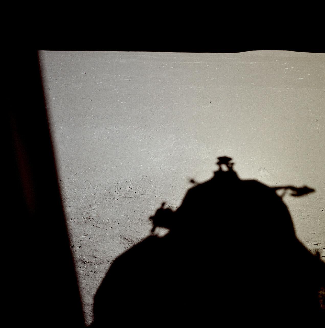 В 102 часа 33 минуты 05 секунд полётного времени вблизи периселения орбиты снижения (примерно в 400 км к востоку от запланированного района посадки) был включён двигатель посадочной ступени лунного модуля, начался этап торможения.